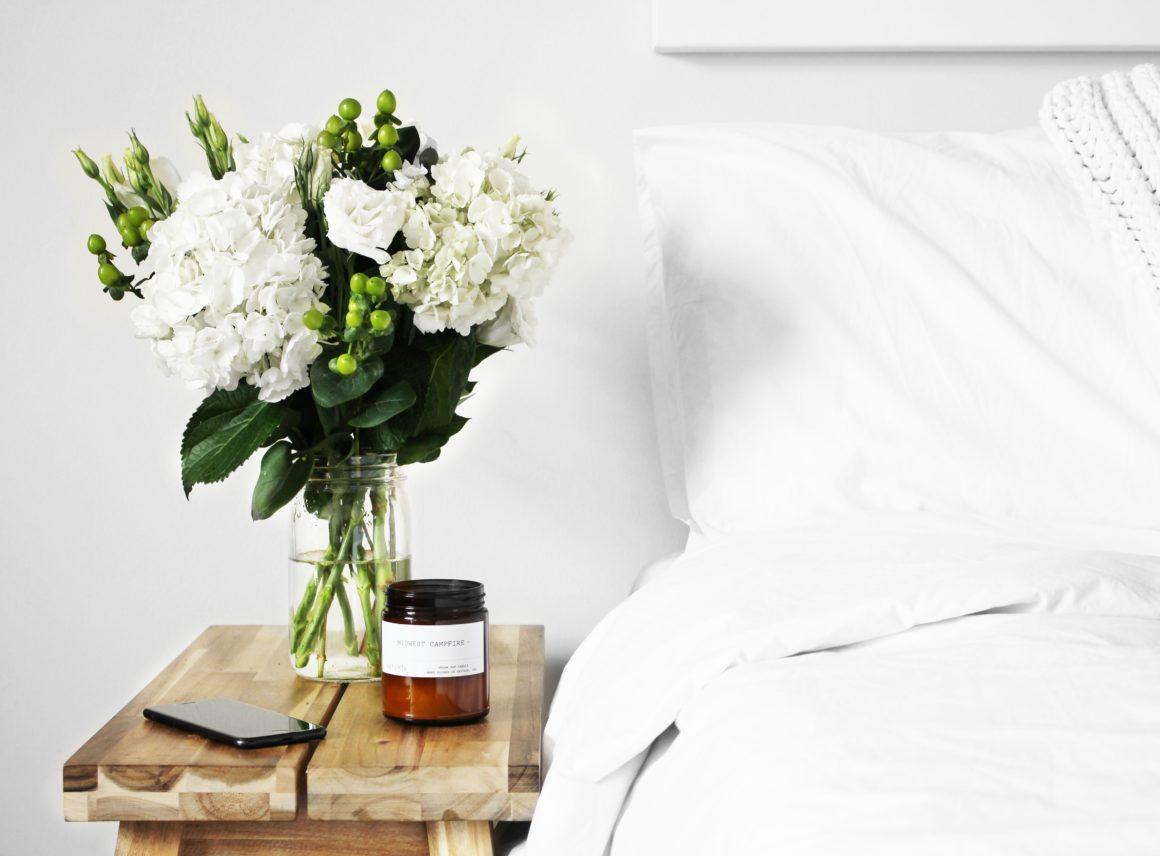 Kobieca sypialnia zurokiem icharakterem – inspiracje