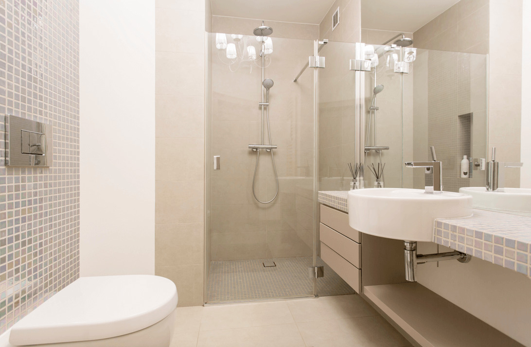 Funkcjonalna mała łazienka zkabiną prysznicową – aranżacje