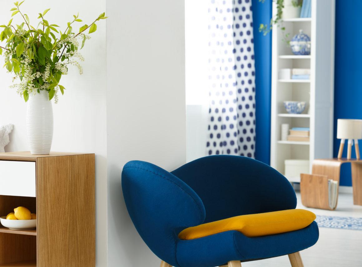Granatowe ściany wsalonie isypialni – inspiracje
