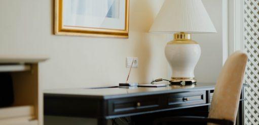 Toaletki lustrzane – oczym warto pamiętać, decydując się nataki mebel?