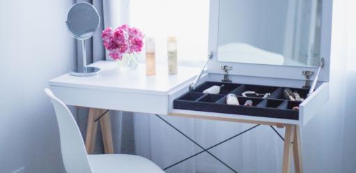Toaletka bezlustra – jak dopasować doniej idealne zwierciadło?
