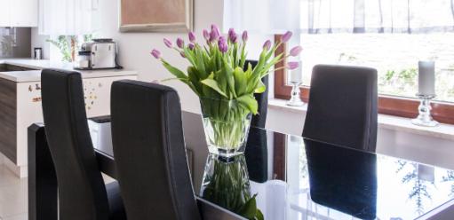 Jadalnia wstylu glamour – jaki stół ikrzesła podkreślą jej luksusowy charakter?