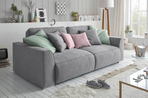 szara rozkładana sofa
