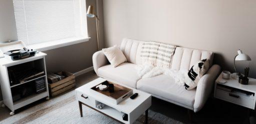 Układ mebli isprzętów wsalonie – gdzie postawić sofę?