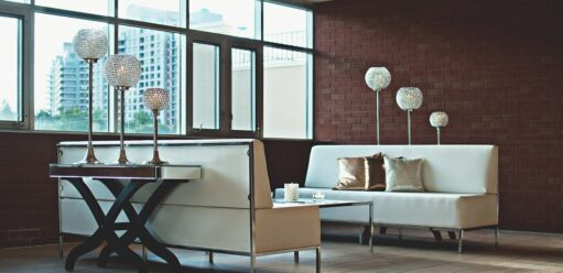 Wzorzysta sofa – jak dobrać doniej pozostałe meble?