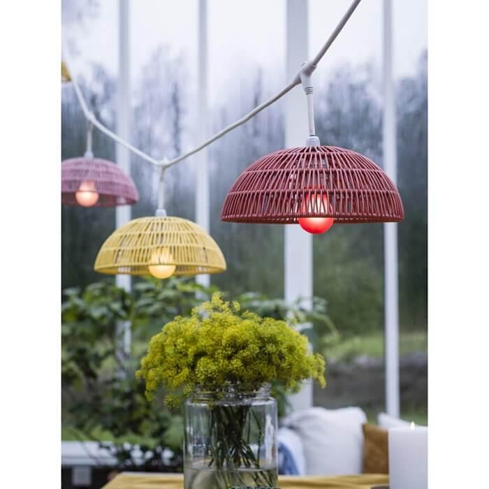 kolorowe wiszące lampy wiklinowe