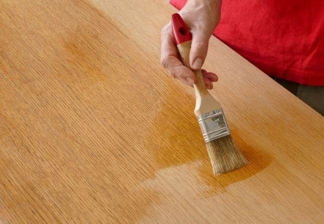 odnawianie stołu drewnianego