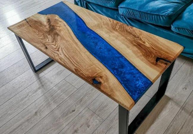 stół drewniany zżywicą