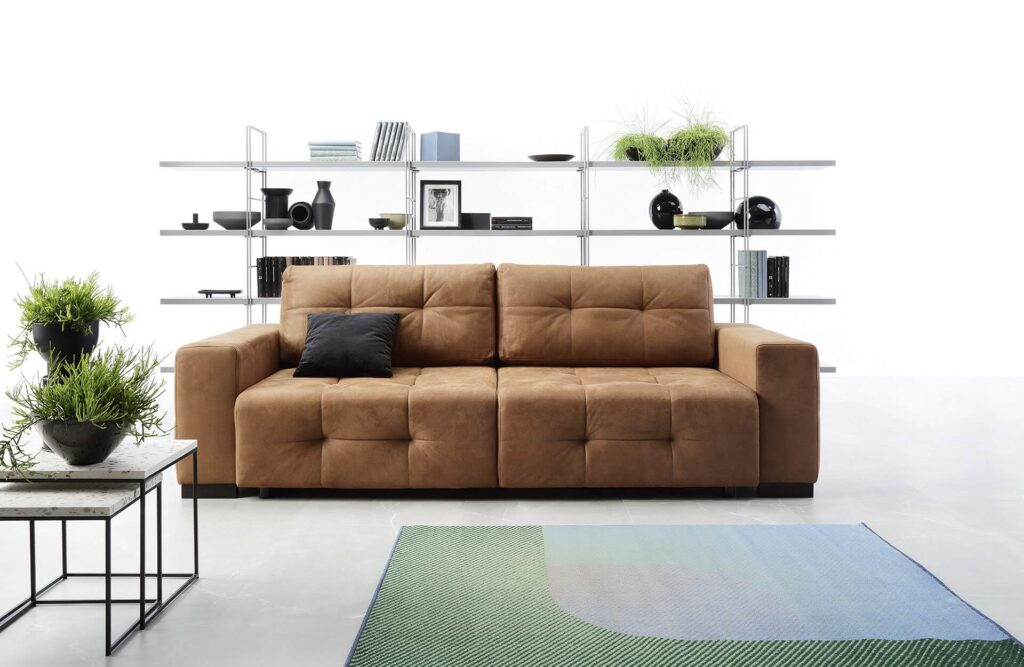 brązowa sofa pikowana