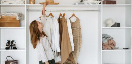Garderoba napoddaszu – jak wykorzystać skosy?