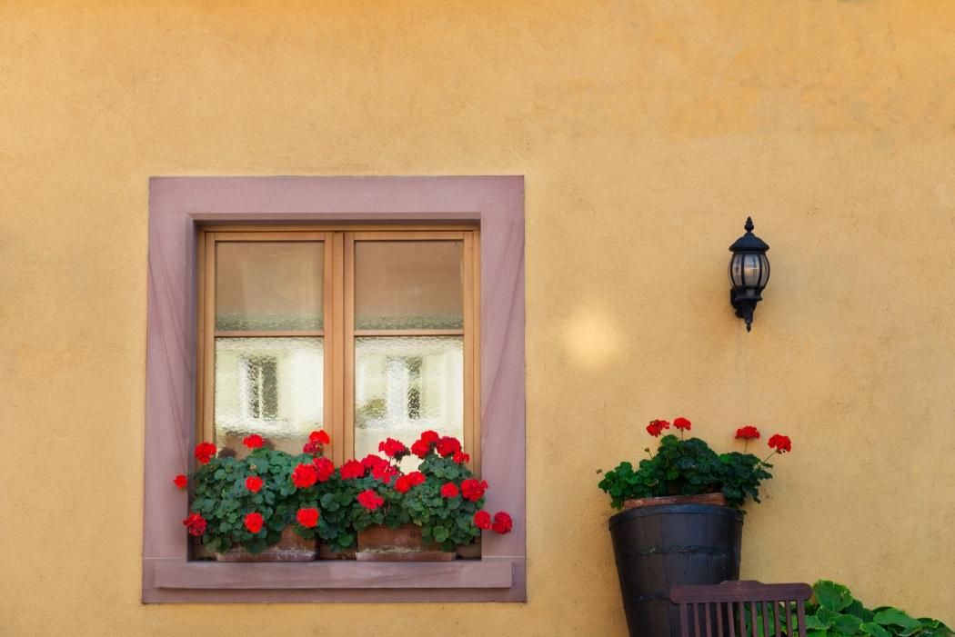 Okna zeszprosami – zalety iwady tego aranżacyjnego rozwiązania