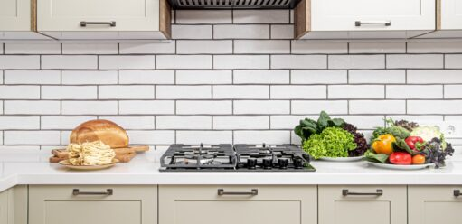 Ściana wkuchni – kolor, materiał imodne rozwiązania!