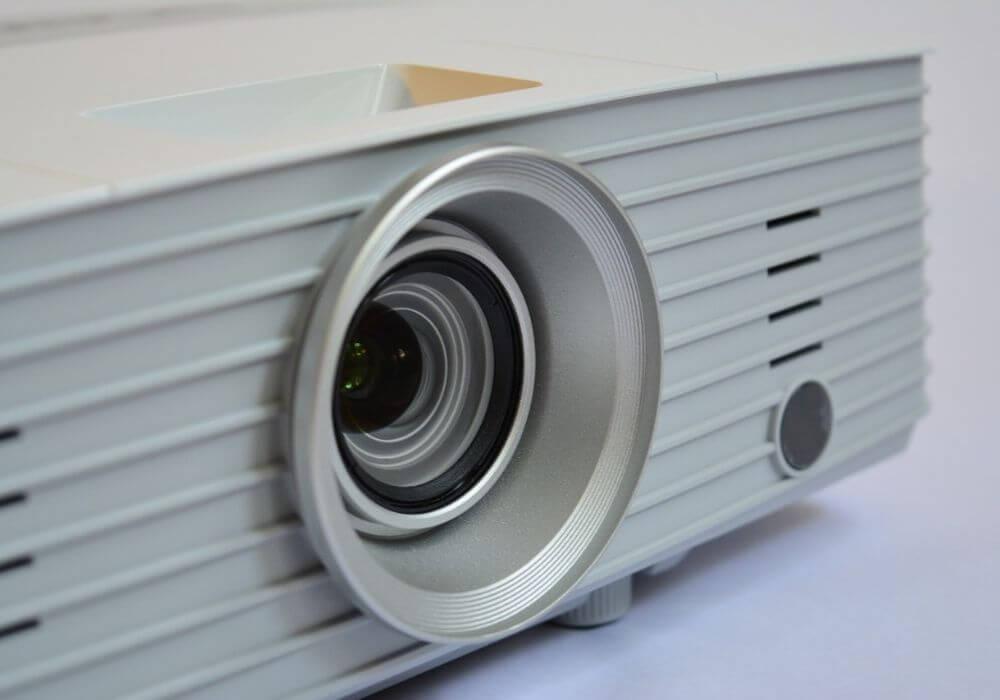 Czyprojektor zamiast telewizora ma sens wsalonie?