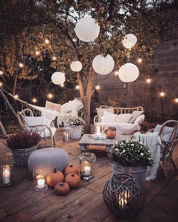 Jesienne dekoracje tarasu - świeczki ilampiony