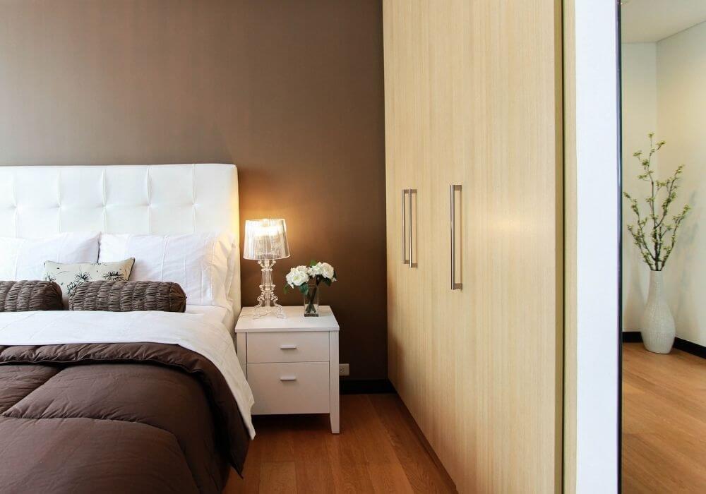 Białe szafy dosypialni – ponadczasowa elegancja iuniwersalność